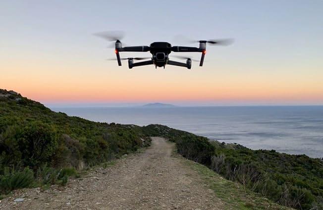 Drone Mavic 2 en vol en montagne